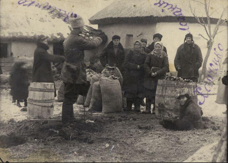 Изъятие зерна у селян во время голодомора