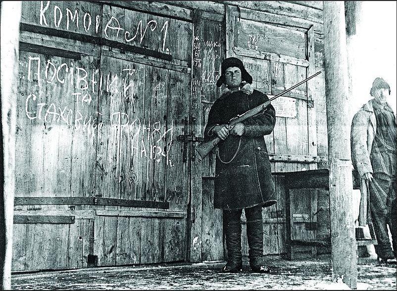 Солдат охраняет зерно во время Голодоммора