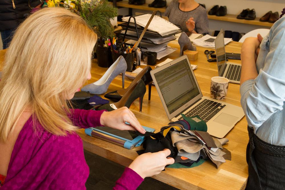 5d2060b9e Поэтому сегодня здесь обходятся без бумаги и карандаша. Клиенту достаточно  выбрать понравившуюся модель в архиве ателье.