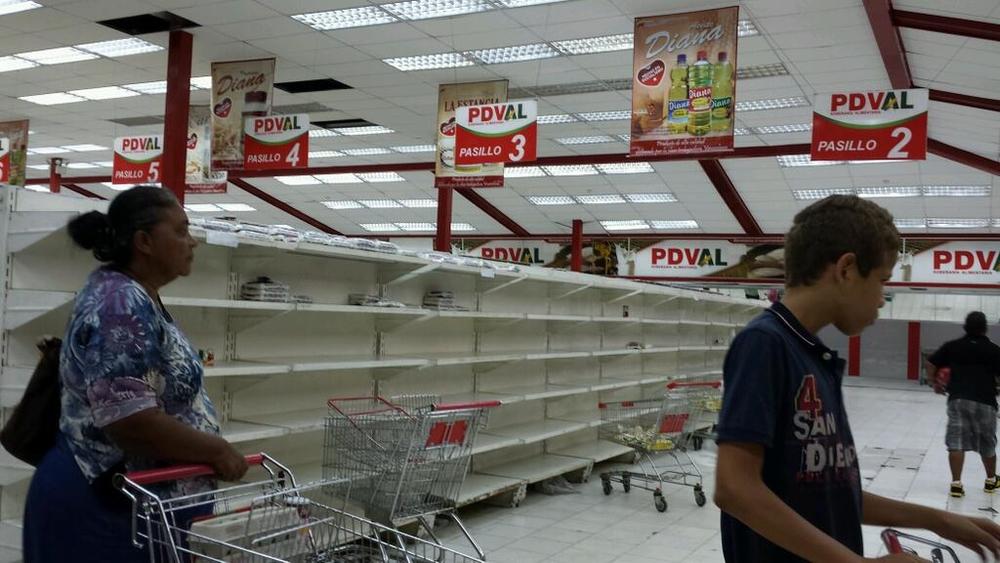 пустые полки магазинов в Венесуэле
