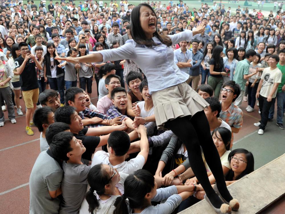 студенты развлекаются