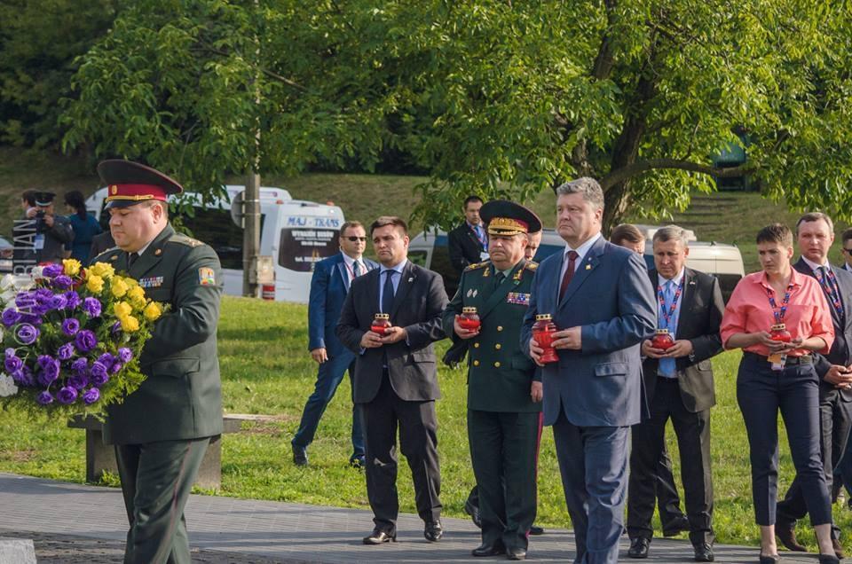 Порошенко поминает жертв Волынской трагедии в Варшаве