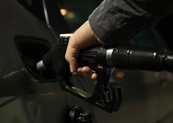 Цена нефти снижается. Почему тогда не дешевеет бензин?